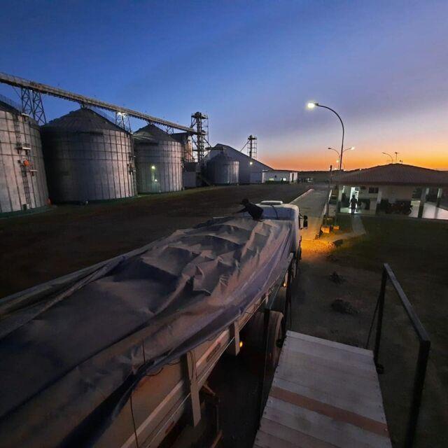 A noite chega mas o trabalho continua. Estamos ao lado do produtor rural nesse importante momento.  Parceria e confiabilidade para cuidarmos da sua safra de ouro. 🌾🌾🌾